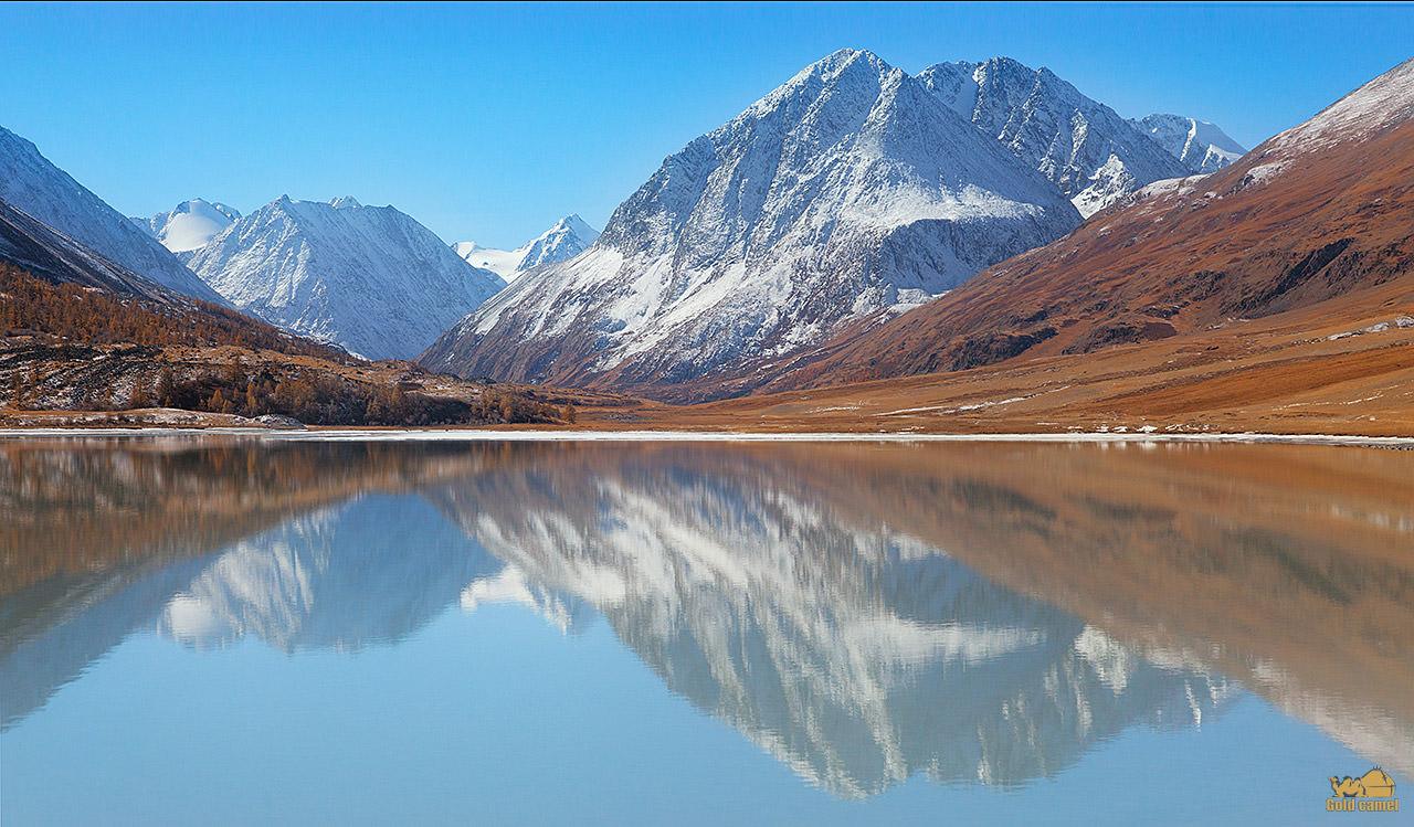Озеро Аккол в горах алтая